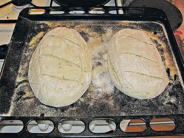 Řezy žiletkou (!) usnadní odpaření vody z pečeného chleba.