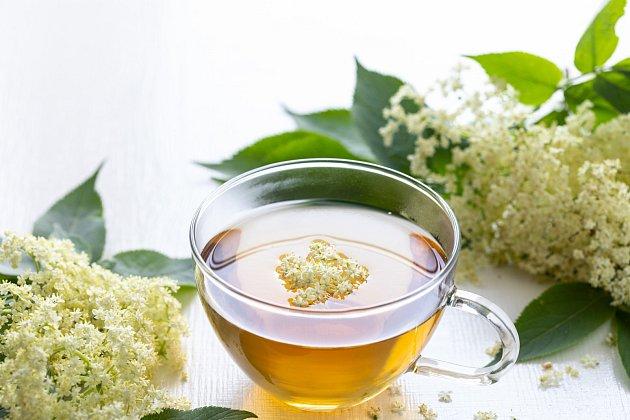 Bezinkový sirup můžete použít jako sladidlo do čaje.