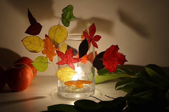 Rozsvícený podzimní svícen pro magickou večerní atmosféru