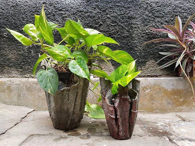 Betonové nádoby vznikly s využitím starých ručníků.