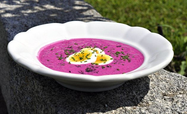 Chlodnik - studená polévka z červené řepy.