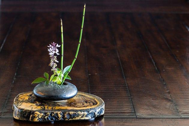 Východní způsob prezentace květin je naprostým opakem evropského stylu stavícího na hojnosti barev a bohatství květin.