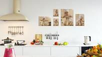 Zasklené vnouče v babiččině kuchyni