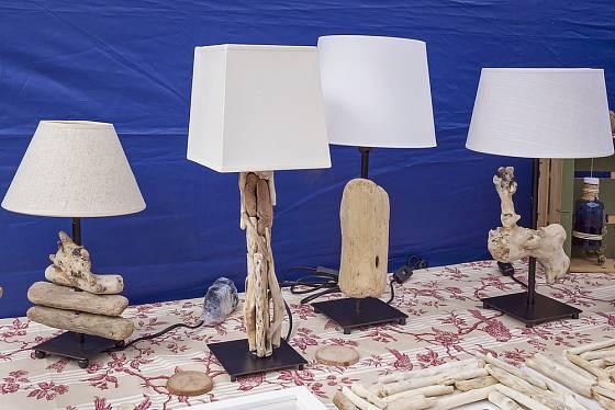 Lampičky, které vznikly s využitím naplaveného dřeva.