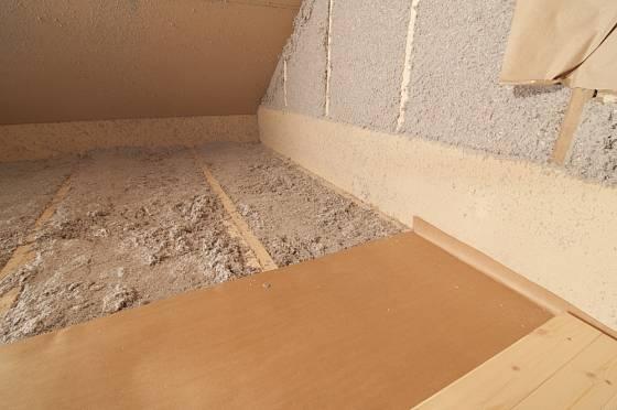 Tepelná izolace podkroví se provádí kvůli snížení úniků tepla i kvůli snížení nákladů na klimatizaci.