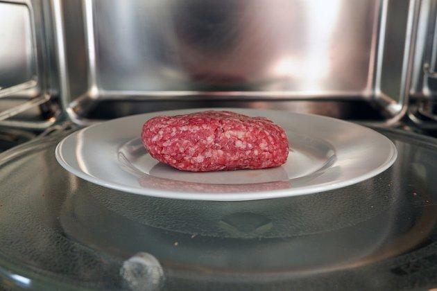 Zvýšenou opatrnost bychom měli věnovat rozmrazování mletého masa.