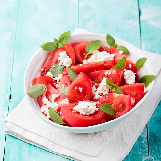 Zralá rajčata nepotřebují víc než olivový olej a feta sýr.