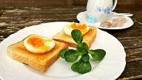 Vajíčko na měkko (nebo ztracené vejce) můžeme ale také položit na toast lehce potřený máslem.