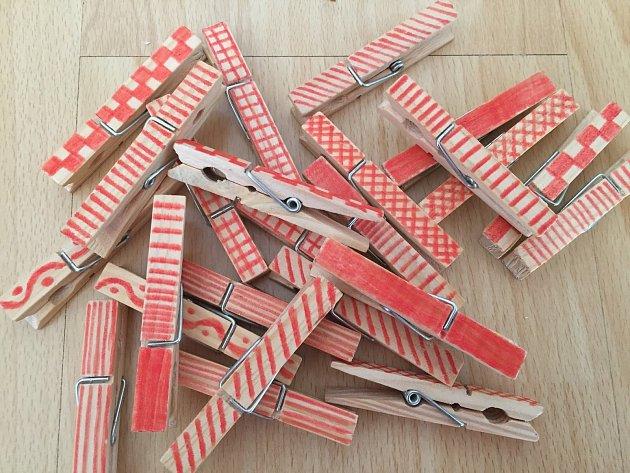 Dřevěné kolíčky jsou pomalované červenou fixou.