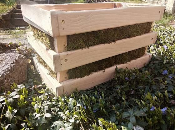 Základ aranžmá tvoří dřevěná bedýnka.