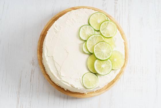 Dvoupatrový dort se hodí na oslavy.