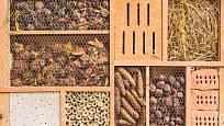 Včely samotářky a lumkové si vyhledávají na hnízdění nebo jako úkryt různé skulinky odpovídající jejich velikosti.