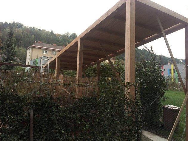 Kůlna je dřevěnou skeletovou konstrukcí z modřínu.