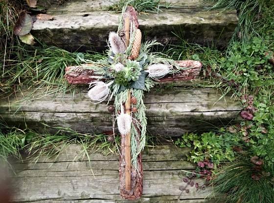 Dekorace ve tvaru kříže v konečné podobě.