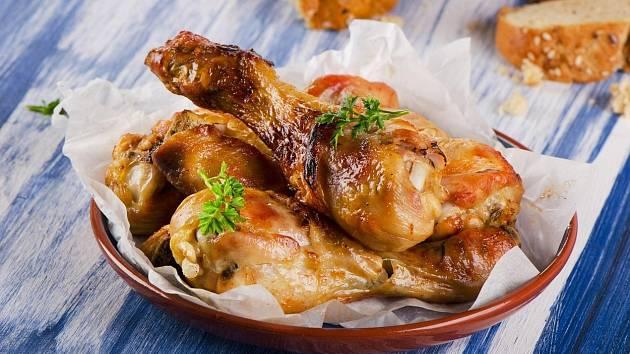Balkánské kuře je většinou ozvláštněno bylinkami, sýrem a rajčaty