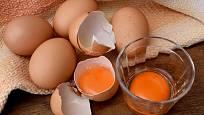 Vejce se sytě zbarvenými žloutky nemusí pocházet vždy z farmářského chovu.