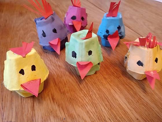 Hejno velikonočních kuřátek