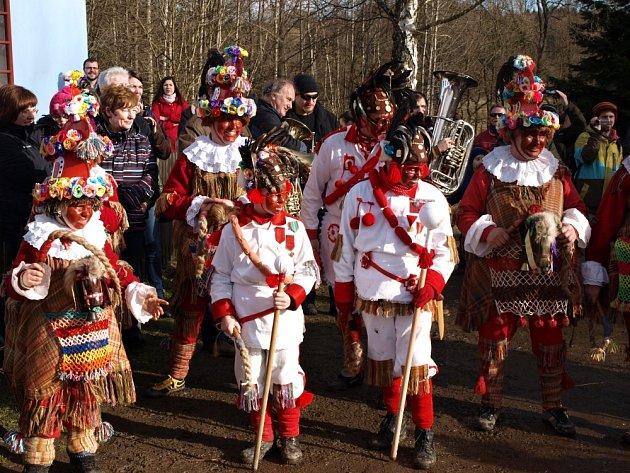 Masky rasů a kobyly v podání obyvatel Studnice.