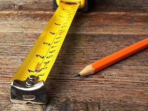 Výsuvný metr je opatřený kovovou koncovkou.