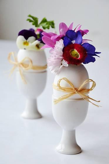 Vaječné skořápky jako vázičky pro jarní kvítí, půvabná a živoucí dekorace nejen pro Velikonoce