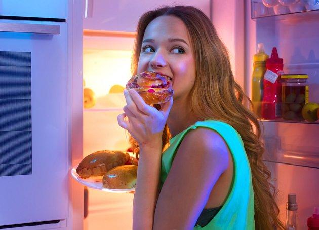 Nejíst od pěti hodin? Mnohé pak dožene hlad těsně před spaním - a to není dobře.