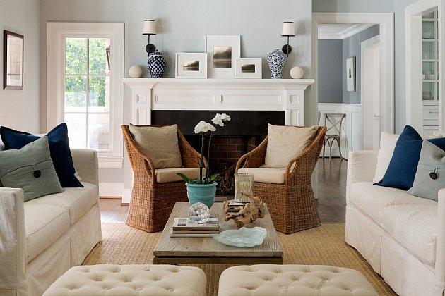 Obývací pokoj v klasickém stylu s modrými doplňky