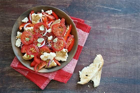 Panzanella je typický italský pokrm ze starého bílého pečiva.