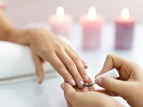 Nalakované nehty jsou krásné, ale představují zdravotní riziko