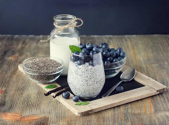 Skvělá kombinace - jogurt, chia semínka, borůvky.