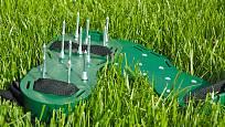 provzdušňovací sandále - pro zdraví trávníku i zahradníka