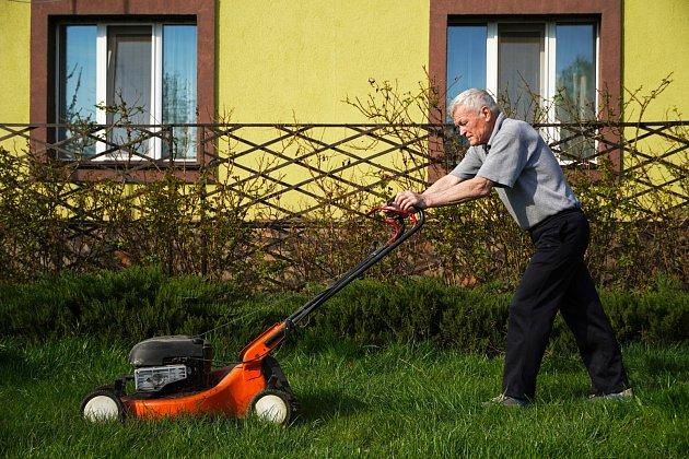 Pro seniory se určitě vyplatí nákup zahradní sekačky, která se bude snadno ovládat a bude pro ně bezpečná.
