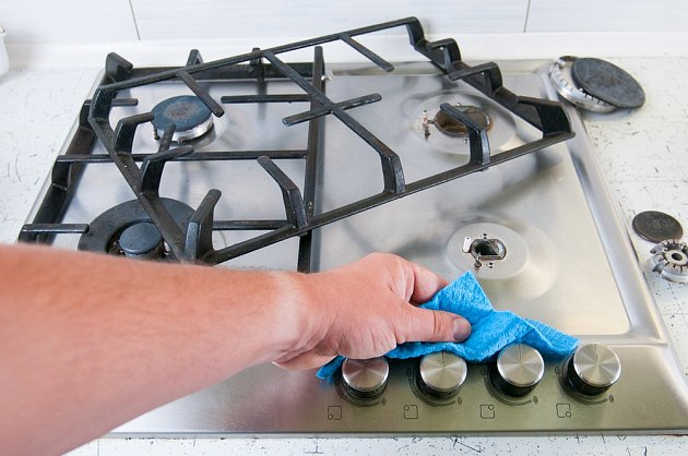 Jemným hadříkem nezapomeneme očistit také knoflíky spotřebiče.