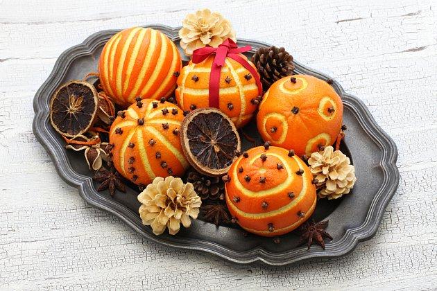 Z pomerančů lze vytvořit mnoho odlišných vánočních dekorací.