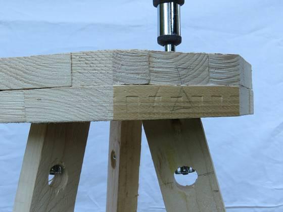 Výroba dřevěné trojnožky: Dýnko srovnáme a přišroubujeme