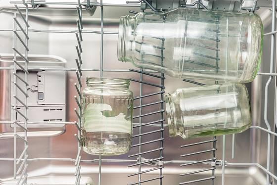 Zavařovací sklenice umyjeme v myčce programem s nejvyšší teplotou.
