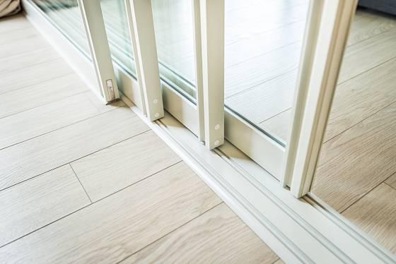 Posuvné otevírání - křídla dveří jsou v samostatných kolejnicích vedle sebe, jedno zajíždí za druhé.