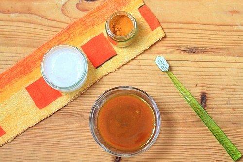 Kurkuma odstraňuje zažloutnutí způsobené častou konzumací kávy, čaje nebo červeného vína a má antibakteriální účinky.