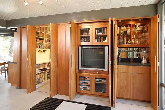 Za tajnými dveřmi se může ukrývat televize nebo bar