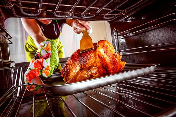 s horkými pokrmy musíme manipulovat velmi opatrně