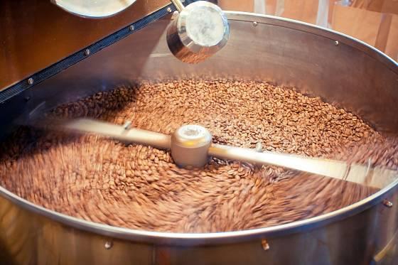 Stroje kávu při pražení neustále promíchávají