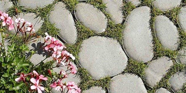 I betonová dlažba může vypadat přirozeně a dotvářet přirozený vzhled zahrady. Důkazem je BEST – VALEA.