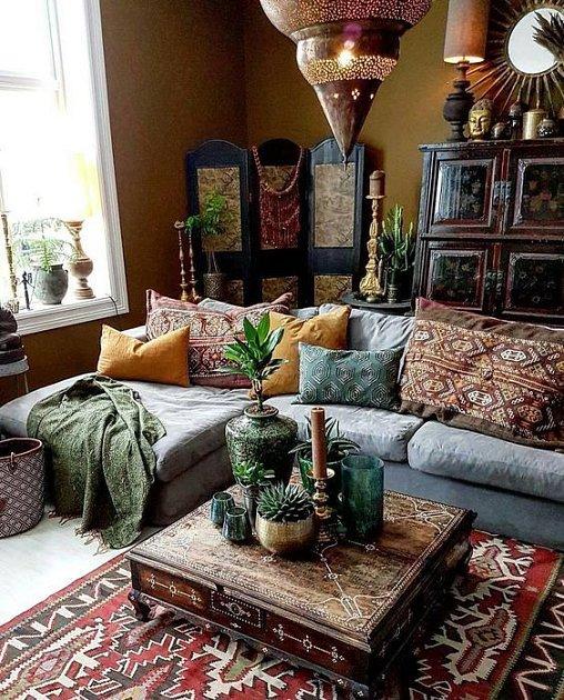 Pohovka a dekorace ve stylu Blízkého východu.