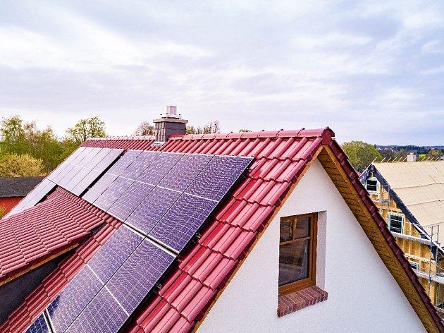 Solární panely vidíme na našich střechách stále častěji.