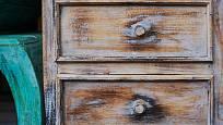 Stará komoda si zaslouží nejen patinu, ale hlavně renovaci. Obojí lze provést naráz.