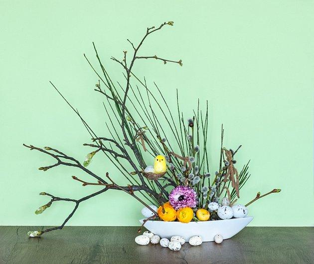 Obyčejné jarní aranžmá proměníme ve velikonoční dekoraci přidáním křepelčích vajíček.