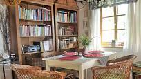 Návštěva na chalupě v Orlických horách: Také u jídelního stolu jsou lehká křesla z ratanu