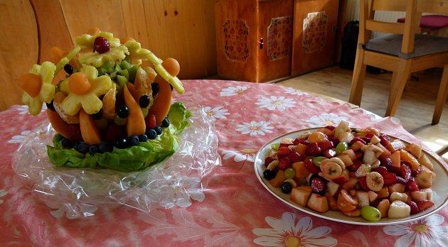 Děti místo cukrovinek mlsají ovoce.