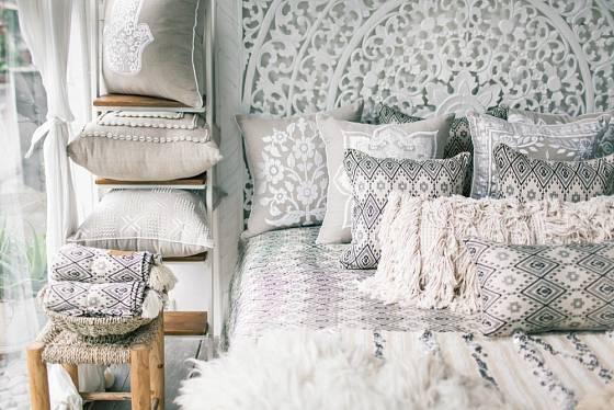 Polštáře pro etnický interiérový styl mohou být vázané, vyplétané, tkané nebo vyšívané.
