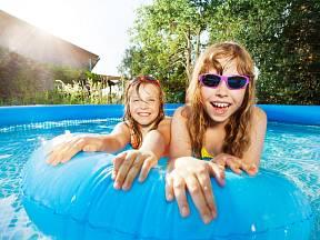 Koupání v bazénu děti milují.