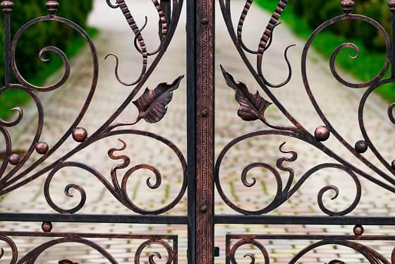 Kovaná brána je sama o sobě uměleckým dílem.